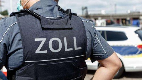 Zoll findet sieben Flüchtlinge im Auflieger von Sattelzug