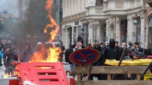 Linke Demo in Leipzig: Barrikaden brennen, es fliegen Pflastersteine - Polizeiwache und Banken attackiert