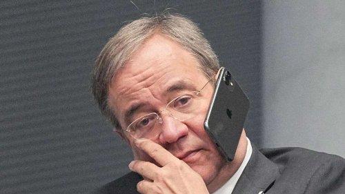 Kurioses Laschet-Foto wirft Fragen auf - Klebt sein Handy am Ohr fest?
