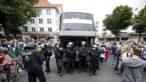 """Zusammenstöße in Berlin: Polizei setzt gegen """"Querdenker"""" auf Wasserwerfer und Räumpanzer"""