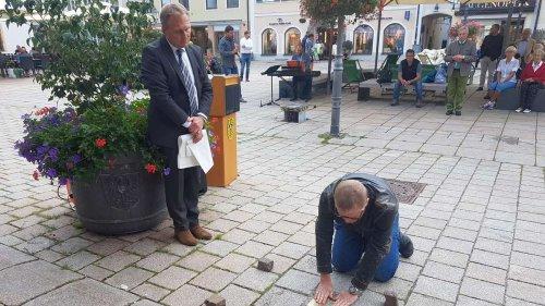 Gegen das Vergessen: Stolpersteine am Schongauer Marienplatz enthüllt