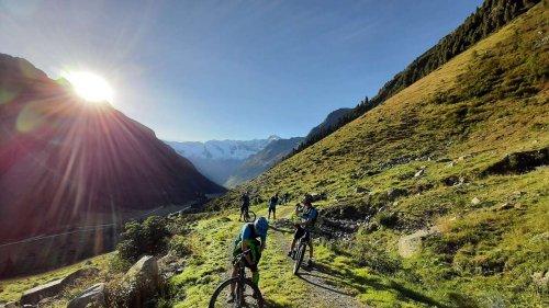 Penzberger Gymnasiasten kämpfen sich mit Mountainbikes durch die Alpen