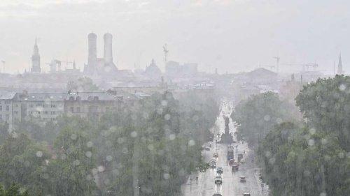 Unwetter ziehen in der Nacht über München: Wetter in Bayern bleibt instabil - Temperaturen sinken