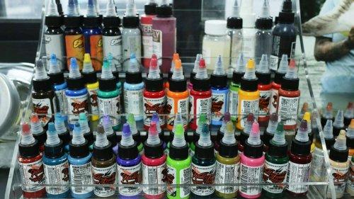 Bunte Tätowierungen vor dem Aus: Heftiges EU-Verbot schockt Tattoo-Fans