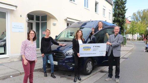 Stiftung Antenne Bayern übergibt Spende an Herzogsägmühle