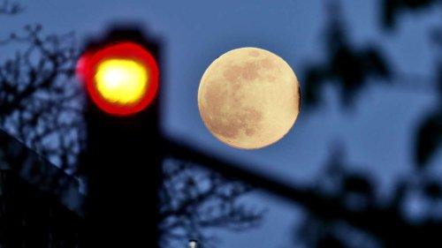 Tesla mit gefährlichem Fehler: Autopilot verwechselt Mond mit zentralem Verkehrssignal