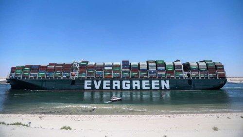 Containerschiff Ever Given läuft endlich im Hafen ein - Playstation 5 an Bord?