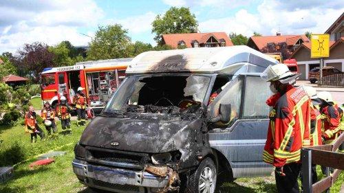 """Wohnmobil geht in Flammen auf: Feuerwehr-Kommandant schildert dramatische Lage - """"Es stand Spitz auf Knopf"""""""