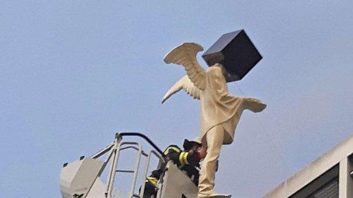 Engel vor Abflug? Passantin bemerkt irre Situation auf Münchner Dach