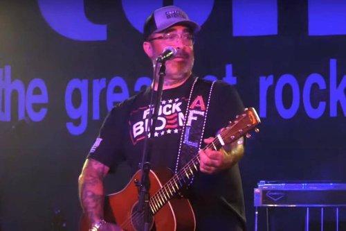 Aaron Lewis, ivre sur scène, interprète une chanson deux fois et supplie la foule de ne pas diffuser les images