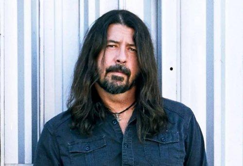 """Dave Grohl sur le procès du bébé de Nirvana : """"Il a un tatouage de Nevermind. Je n'en ai pas"""""""
