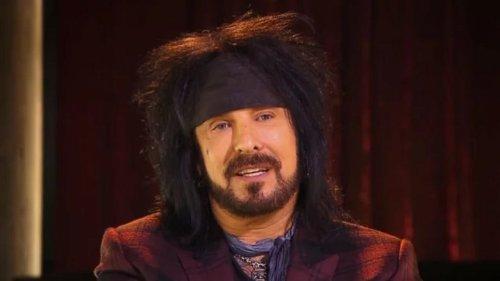 """Nikki Sixx de Mötley Crüe dit que c'est """"irresponsable"""" pour les groupes de monter sur scène """"avec un ventre à bière"""""""