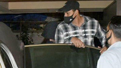 PHOTOS: Shah Rukh Khan goes undercover, hides new look under hoodie