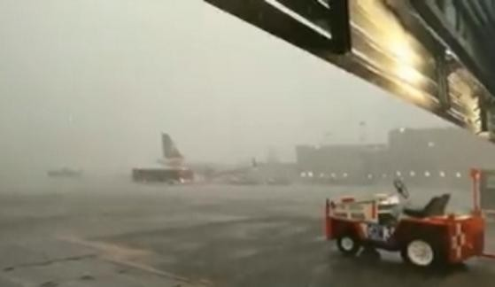 El Aeropuerto Internacional de la Ciudad de México informó que por las condiciones climatológicas y por la seguridad de los usuarios, las operaciones se encuentran temporalmente suspendidas.