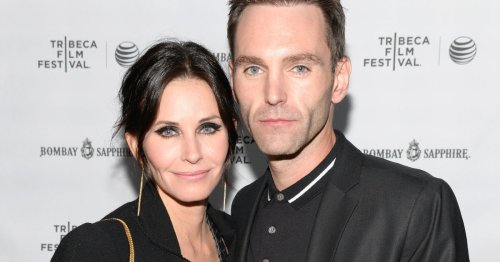 Friends' Courteney Cox poses with beau in Monica's apartment on his birthday