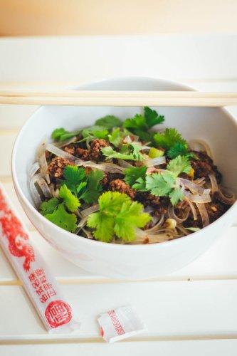 Thai-Nudelsalat mit knusprigem Hackfleisch und Limetten-Sesam-Dressing