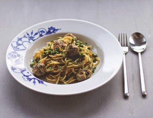 Spaghetti mit Fleischbällchen und Erbsen