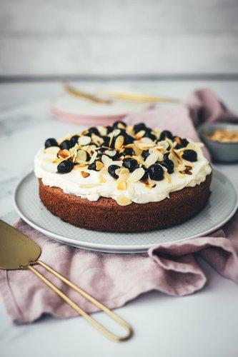Torta Caprese mit Mascarpone-Creme und Amarenakirschen
