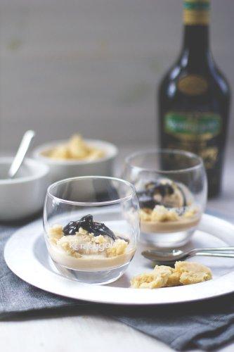 Kerrygold Irish Cream Liqueur Eis mit Shortbread-Bröseln und Schokoladen-Fudge