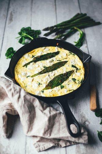 Bärlauch-Frittata mit grünem Spargel, Spinat und Feta