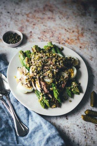 Spargelsalat aus ofengeröstetem grünen Spargel mit Kapern-Vinaigrette, Sardinen und Ei