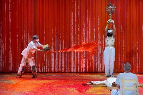 """Hermann Nitsch inszeniert """"Die Walküre"""" in Bayreuth als Farborgie"""