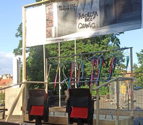 Kulisse mit Sprengkraft: In Görlitz wird über ein Kunstwerk mit Slogans zum Recht auf Abtreibung gestritten