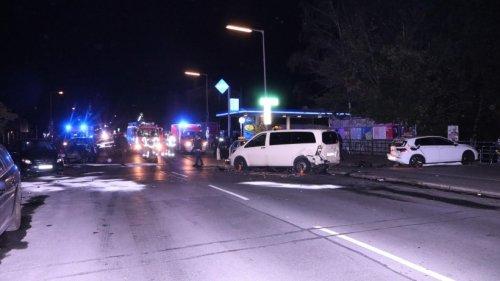 Berlin: Raser übersieht Mittelinsel und kracht in mehrere Autos