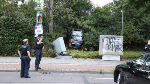 Berlin: Marzahn: Autofahrer landet schwer verletzt im Gebüsch