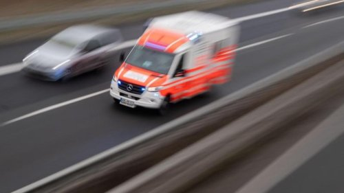 Auto rammt Campingwagen-Gespann: Drei Schwerverletzte