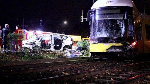 Auto stößt mit Tram zusammen - Fahrer stirbt