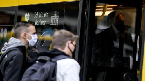 Frau ohne Maske randaliert in Berliner Bus