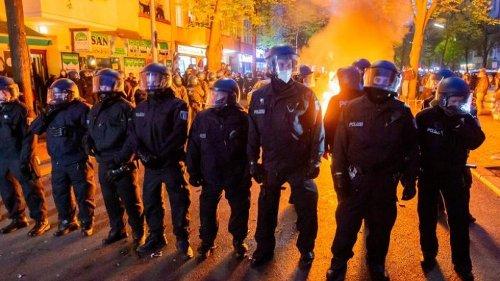 Mai-Demos: Polizei geht von über 90 verletzten Beamten aus