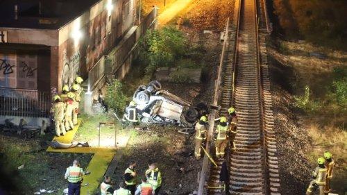 Berlin: Auto stürzt von Autobahn A100 auf Gleise am S-Bahnhof Westend