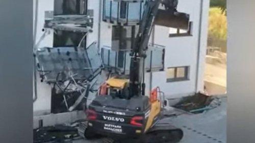 Video: Baggerfahrer zerstört Neubau – Das war der Grund
