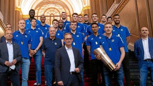 Albas Meisterteam trägt sich ins Goldene Buch der Stadt ein
