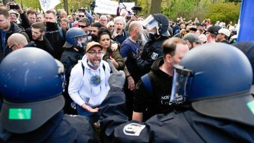 Corona-Demos in Berlin: Rund 30 Polizisten verletzt