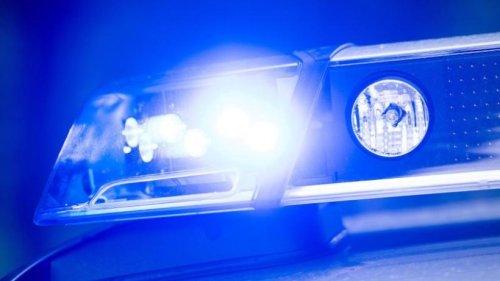 Mann schlägt mit Beil in Richtung Kopf: vier Festnahmen