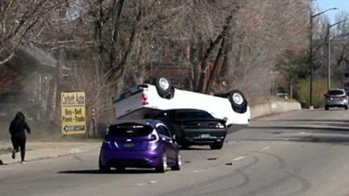 Dodge Challenger Hellcat tenta fazer graça e causa capotamento
