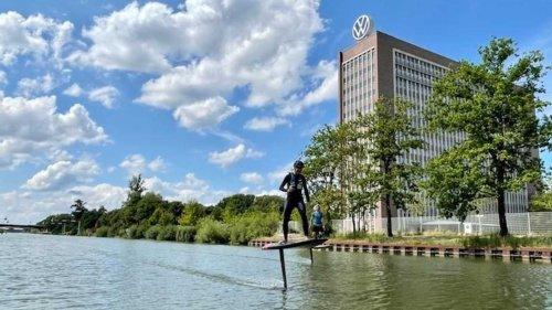 VW-Chef grüßt Mitarbeiter vom Elektro-Surfbrett aus