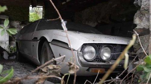 Sortie de grange d'une Lamborghini Espada abandonnée depuis 30 ans