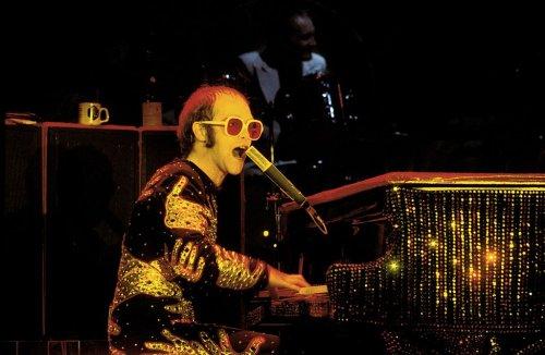 Elton John wird mit Barbie im 70er-Jahre-Look geehrt