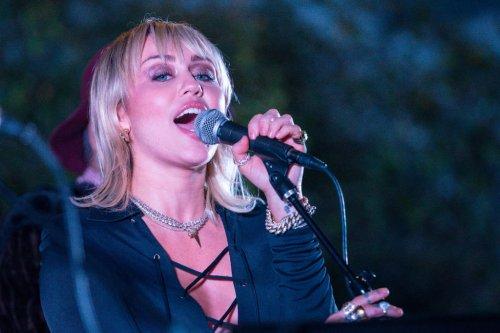 Miley Cyrus kündigt ihr siebtes Studioalbum PLASTIC HEARTS an