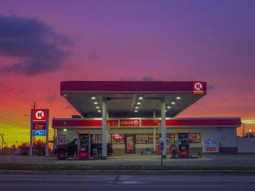 ¿Es fiable repostar en una gasolinera low cost?
