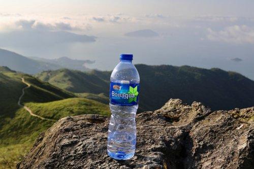 Por qué el agua embotellada es una de las mayores estafas del siglo