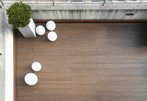 5 Bodenbeläge, die jeden Balkon aufwerten