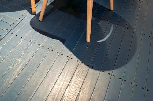 Stuhlbeine prüfen, um Kratzer auf Holzböden zu verhindern