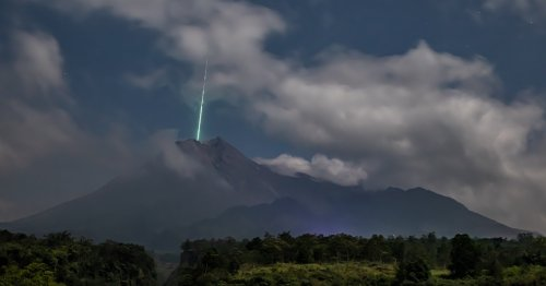 Photographer Captures Spectacular Shot of a Shooting Star Falling Into the Mouth of a Volcano