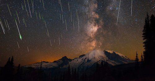 "Stunning Photo Captures ""Eruption"" of Perseid Meteors and the Milky Way Over Mount Rainier"