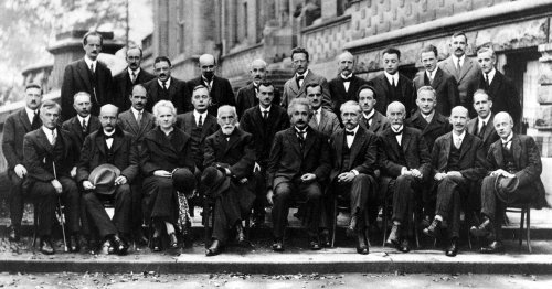 """29 Legendary Scientists Came Together in the """"Most Intelligent Photo"""" Ever Taken"""